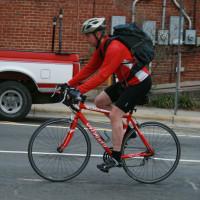 Fahrradfahrer (Quelle: https://de.wikipedia.org/wiki/Datei:2008-03-11_Bicyclist_in_Carrboro.jpg)